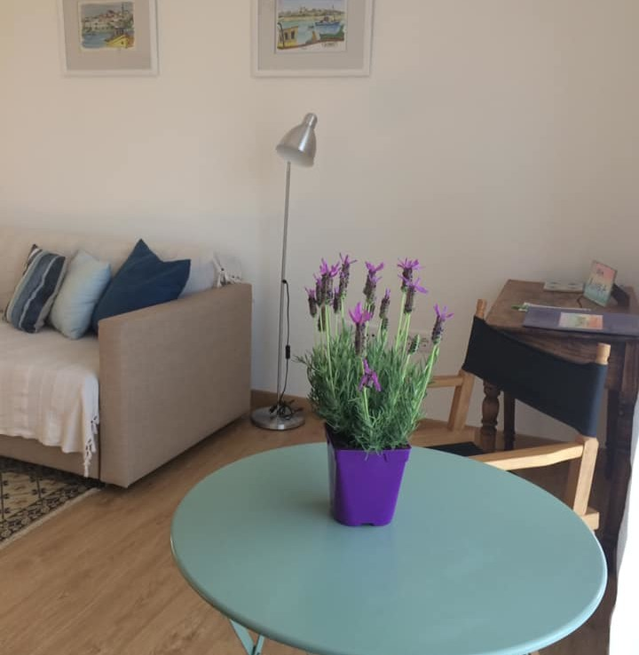 Refurbished 2-bedroom apartment in central location for rent